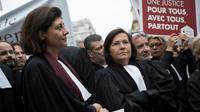 La présidente du CNB Christiane Feral-Schuhl (g) et la batonnière de Paris Marie-Aimée Peyron (d) manifestent le 15 novembre 2018 à Paris contre la réforme de la justice [Thomas SAMSON / AFP/Archives]