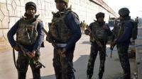 Des forces de sécurité indiennes montent la garde sur une route menant à la base aérienne de Pathankot le 2 janvier 2016 [NARINDER NANU / AFP]