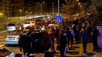 Des habitants dans la rue après un tremblement de terre de magnitude 6,4, le 26 novembre 2019 à Tirana, en Albanie [Gent SHKULLAKU / AFP]