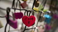 Des cadenas d'amour attachés à un escalier à l'extérieur d'un centre commercial à Pékin, le 14 février 2018. [NICOLAS ASFOURI / AFP]