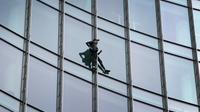 """Le grimpeur urbain français Alain Robert, surnommé le """"Spiderman français"""", au cours de son escalade du Skyper, une tour de 42 étages à Francfort, en Allemagne, le 28 septembre 2019 [Daniel ROLAND / AFP]"""