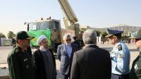 Le président iranien Hassan Rouhani et le ministre de la Défense Hossein Dehghan devant le nouveau missile de défense Bavar 373 le 21 août 2016 à Téhéran [HO / IRANIAN PRESIDENCY/AFP/Archives]
