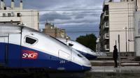 """La SNCF prévoit vendredi """"un peu plus d'un TGV sur 2"""" en moyenne et autant de RER, ainsi que deux TER ou Intercités sur cinq [ANNE-CHRISTINE POUJOULAT / AFP/Archives]"""