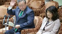 """""""Si un hacker vise ce ministre Sakurada, il ne pourra lui voler aucune information. Ça pourrait bien être la meilleure des sécurités"""", a ironisé un internaute à propos de Yoshitaka Sakurada, assis à gauche à côté d'une autre ministre, au Parlement japonais, le 14 novembre 2018 à Tokyo [JIJI PRESS / JIJI PRESS/AFP]"""