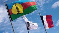 Des drapeaux kanaks et français sur l'île d'Ouvéa en Nouvelle-Calédonie, le 27 juillet 2013 [Lionel BONAVENTURE / AFP/Archives]