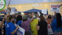 Des partisans des deux principaux candidats au poste de gouverneur de l'Etat de Floride s'invectivent vendredi, dans l'attente des résultats définitifs. Un nouveau décompte a été ordonné samedi. [Saul MARTINEZ / GETTY IMAGES NORTH AMERICA/AFP]