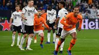 Le défenseur Virgil van Dijk (d) vient d'égaliser (2-2) pour les Pays-Bas contre l'Allemagne en Ligue des nations le 19 novembre 2018 à Gelsenkirchen [John MACDOUGALL / AFP]