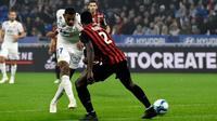 Le milieu de Lyon Jeff Reine-Adelaide (g) marque contre Nice le 23 novembre 2019 à Décines-Charpieu [JEAN-PHILIPPE KSIAZEK / AFP]