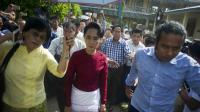 L'opposante birmane Aung San Suu Kyi sort d'un bureau de vote à Rangoon, dans le quartier de Kawhmu, le 8 novembre 2015 [Ye Aung Thu / AFP]