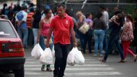Devant un supermarché de Caracas, le 2 avril 2014 [Federico Parra / AFP/Archives]