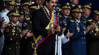 Le président vénézuélien Nicolas Maduro (c) le 4 août 2018 à Caracas lors d'une cérémonie militaire au cours de laquelle il est sorti indemne d'un attentat aux drones [Juan BARRETO / AFP]