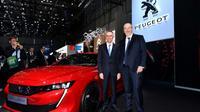 Carlos Tavares, le PDG de PSA, en compagnie de Jean-Philippe Imparato, directeur de la marque Peugeot, au Salon automobile de Genève, le 6 mars 2018 [HAROLD CUNNINGHAM / AFP/Archives]