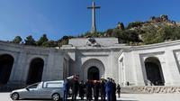 Des membres de la famille du dictateur espagnol Francisco Franco transportent son cercueil hors du mausolée monumental du Valle de los Caidos près de Madrid, le 24 octobre 2019 [Juan Carlos Hidalgo / POOL/AFP]