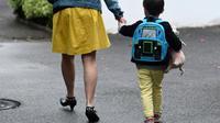 Plus de 300.000 mineurs font l'objet d'au moins une mesure de protection de l'enfance, une grosse moitié étant placée en foyer ou famille d'accueil, les autres suivis à domicile [FRED TANNEAU / AFP/Archives]