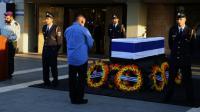Un homme se recueille devant le cercueil de Shimon Peres le 29 septembre 2016 à Jérusalem [Gali TIBBON / AFP]