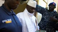 Le président gambien sortant Yahya Jammeh (C) à la sortie du bureau de vote le 1er décembre 2016 à Banjul [MARCO LONGARI / AFP/Archives]
