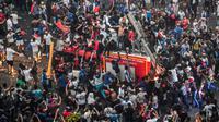 Un camion de pompiers pris d'assaut par des supporters en liesse après le succès de la France en finale du Mondial, le 15 juillet 2018 sur les Champs-Elysées  [GERARD JULIEN / AFP]