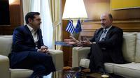 Le premier ministre grec Alexis Tsipras et le commissaire européen aux Affaires économiques Pierre Moscovici, le 8 février 2018 à Athènes [ANGELOS TZORTZINIS / AFP/Archives]