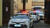 Un convoi de police escortes deux autocars sortant de la prison de Lefortovo à Moscou et transportant, selon la télévision d'Etat russe, les prisonniers ukrainiens devant être échangés, le 7 août 2019 [Vasily MAXIMOV  / AFP/Archives]