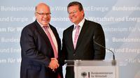 Le ministre allemand de l'Economie Peter Altmaier (à gauche sur la photo) et le commissaire européen chargé de l'Energie Maros Sefcovic à la fin d'une conférence de presse commune le 17 juillet 2018 à Berlin [Tobias SCHWARZ / AFP]