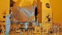 Le vaisseau OSIRIS-REx, 880 kg sans le combustible et 3,2 m de haut sur 2,4 m de large, subit les derniers préparatifs dans un atelier du Centre spatial Kennedy, le 20 août 2016 en Floride [Bruce Weaver / AFP]
