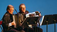 Marcel Azzola (à gauche), aux côtés de Roland Romanelli, le 1er janvier 2004, lors d'un concert du Nouvel An dans la salle Favart à Paris [JACQUES DEMARTHON / AFP/Archives]