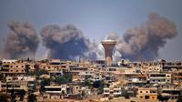 De la fumée s'élève au-dessus d'un secteur rebelle de la ville de Deraa, après des raids attribués au régime syrien, le 5 juillet 2018 [Mohamad ABAZEED / AFP]