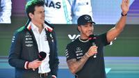 Le directeur de l'écurie Mercedes Toto Wolff (d) et le pilote britannique Lewis Hamilton, le 13 mars 2019 à Melbourne [PETER PARKS / AFP/Archives]