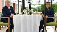 Le président américain Donald Trump (G) et son homologue français Emmanuel Macron déjeunent à Biarritz, le 24 août 2019 dans le sud-ouest de la France [Nicholas Kamm / AFP]