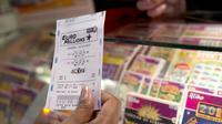 Un joueur tient un ticket d'Euro Millions à la main [Miguel Medina / AFP/Archives]