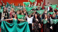manifestation le 18 mai 2019 au Festival de Cannes en faveur du droit à l'avortement, les foulards verts symbolisant le combat mené - et perdu - en Argentine en faveur de sa légalisation [Valery HACHE / AFP]