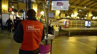 Un employé de la SNCF devant un panneau d'information lors d'une grève le 13 juin 2013 à StrasbourgUn employé de la SNCF devant un panneau d'information lors d'une grève le 13 juin 2013 à Strasbourg [Lionel Bonaventure / AFP/Archives]