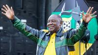 Le président sud-africain Cyril Ramaphosa salue la foule après un discours au siège de son parti, l'ANC, à Johannesburg, le 12 mai 2019. [WIKUS DE WET / AFP]
