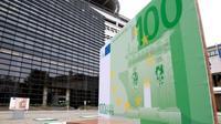 Un billet de 100 euros géant exposé devant le ministère français de l'Economie et des Finances à Paris en septembre 2016 [Jacques DEMARTHON / AFP]