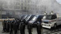 """Des policiers lors d'une manifestation des """"gilets jaunes"""" sur les Champs-Elysees à Paris le 16 mars 2019 [Geoffroy VAN DER HASSELT / AFP/Archives]"""
