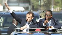 Emmanuel Macron, au côté du président sénégalais Macky Sall, salue la foule lors de sa visite à Dakar le 2 février 2018 [LUDOVIC MARIN / AFP]