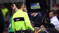 L'arbitre italien Gianluca Rocchi recourt à la vidéo pour juger une situation litigieuse lors du match Inter Milan-Lazio du 20 décembre 2017 à San Siro [Marco Bertorello / AFP/Archives]
