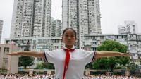Des écoliers prennent part à un entraînement physique dans une école de Shanghai, le 27 septembre 2017 [Chandan KHANNA / AFP]