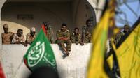 Des militaires soudanais regardent les manifestants devant le siège de l'armée à Khartoum, le 29 avril 2019 [OZAN KOSE / AFP]