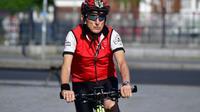 Paul Alexander, un Israélien, sur un vélo à Berlin le 17 juin 2018 [Tobias SCHWARZ / AFP]