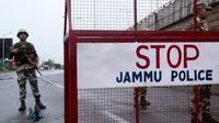Des forces de sécurité à un point de contrôle sur une route de Jammu, le 7 août 2019 en Inde [Rakesh BAKSHI / AFP]