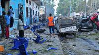 Des habitants de Mogadiscio sur les lieux d'un attentat, le 28 octobre 2017 en Somalie [Mohamed ABDIWAHAB / AFP/Archives]