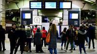Des voyageurs consultent les panneaux d'informations sur le trafic des trains, à la gare Montparnasse à Paris, le 7 janvier 2020 [MARTIN BUREAU / AFP]