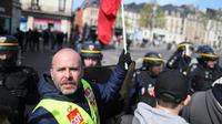 Le jaune fluo des gilets, le rouge des drapeaux de la CGT et le bleu des uniformes des policiers : il ne manque que le noir des «black blocs»