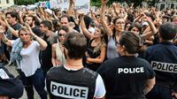 Des policiers font face à des militants anticorrida protestant devant les arènes de Nîmes, le 19 mai 2018 [Pascal GUYOT / AFP]