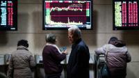 Des investisseurs chinois regardent des tableaux d'indices boursiers, le 18 janvier 2016 à Shanghaï [JOHANNES EISELE / AFP]