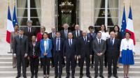 Le président François Hollande (centre) pose avec le nouveau Premier ministre Manuel Valls et son gouvernement à Paris le 4 avril 2014  [Alain Jocard / AFP/Archives]