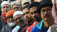 Des électeurs dans une file d'attente devant un bureau de vote de la capitale bangladaise Dhaka le 30 décembre 2018 [Indranil MUKHERJEE / AFP]
