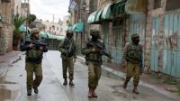 Des soldats de l'armée israélienne dans les rues d'Hébron en Territoires palestiniens, le 29 octobre 2015 [MENAHEM KAHANA / AFP/Archives]