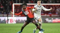 Le milieu de Rennes Eduardo Camavinga (g) à la lutte avec l'attaquant de Bordeaux Nicolas de Preville, en L1 au Roazhon Park, le 21 décembre 2019 [JEAN-FRANCOIS MONIER / AFP/Archives]